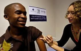 Foto scattata ad un ragazzo mentre effettua il vaccino AIDS