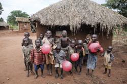Nella foto alcuni bambini sostenuti da Save The Children (ph.legaseriea.it)