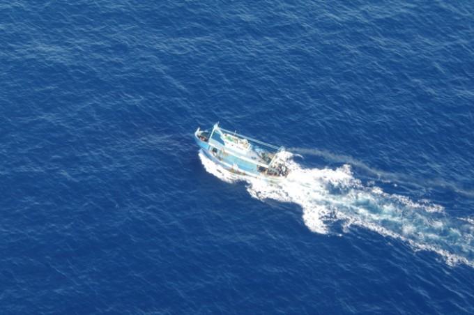 Immigrazione: barcone migranti ripreso dall'alto durante la navigazione da aereo militare di Sigonella