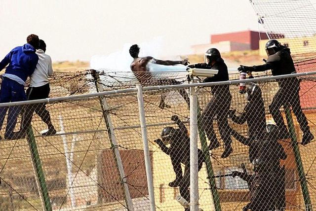 DOZENS OF SUBSAHARIAN IMMIGRANTS JUMP OVER INTO THE SPANISH LAND IN MELILLA