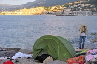 Migrants after a night on the shore of Ventimiglia, on the Italian border with France. Ventimiglia (Italy), June 17th 2015. ANSA/LUCA ZENNARO