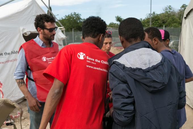 Allâinterno della tendopoli gestita dalla Croce Rossa Italiana, un team di Save the Children sta realizzando attività partecipative, ludico-ricreative ed educative destinate ai bambini e agli adolescenti migranti accompagnati e non, ospitati allâinterno del campo, per sostenerli ed aiutarli a elaborare il proprio vissuto,  superare i traumi subiti e ricevere una corretta informazione legale rispetto ai loro diritti. Save the Children si occuperà inoltre, in accordo con Croce Rossa Italiana, di facilitare il coordinamento degli interventi rivolti ai minori, operando in sinergia con le altre associazioni attive sul campo e di monitorare le esigenze ed il rispetto dei diritti dei più piccoli. I migranti presenti nellâarea di Tiburtina sono giunti a Roma con lâintento di proseguire il loro viaggio verso altri paesi europei. Tra di loro vi sono molti adolescenti, per la maggior parte di origine eritrea, etiope e sudanese e anche gruppi familiari con bambini molto piccoli. Lâintervento nello spazio Bambini e Adolescenti nella tendopoli della Croce Rossa a Tiburtina si svolge in collaborazione con gli educatori della Cooperativa Edi.