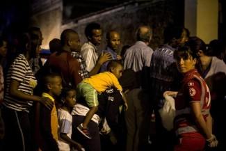 Migranti in fila per la distribuzione del cibo all'esterno del centro policulturale Baobab di via Cupa, non lontano dalla stazione Tiburtina, vicino al collasso data la massiccia affluenza di migranti, Roma, 11 Giugno 2015. ANSA/ MASSIMO PERCOSSI