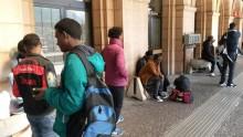 La stazione ferroviaria di Bolzano questa mattina sono arrivati circa 120 profughi di Paesi africani, che per il momento però non possono proseguire il loro viaggio verso nord. Da ieri, infatti, la Germania ha sospeso Schengen e reintrodotto i controlli al confine in vista del G7. Ai migranti attualmente viene impedito di salire sui treni diretti al Brennero. ANSA/STEFAN WALLISCH