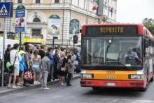 Passeggeri alla stazione Termini nel giorno dello sciopero del trasporto pubblico locale, Roma, 15 maggio 2015. ANSA/MASSIMO PERCOSSI