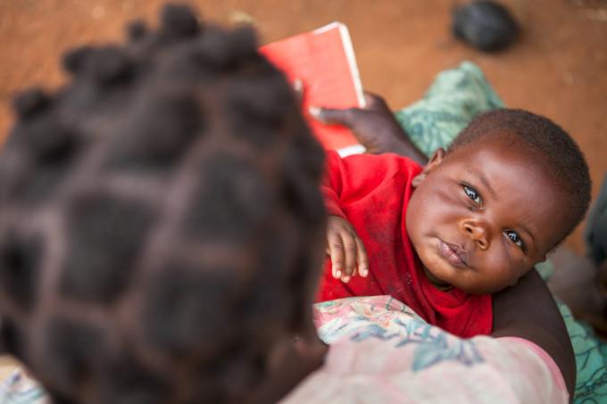 Teresa e Andrea Rucias sono due genitori di 25 e 34 anni. Hanno 4 figli, di 11, 4, 3 anni e 5 mesi. Teresa ha partorito i primi tre figli al centro sanitario di Mikolongwe, mentre lâultimo figlio Paulo è nato a casa, perché la famiglia non aveva i soldi per pagare il trasporto al centro sanitario, distante oltre 10 km dal villaggio di Naphiyo two, dove abitano. Paulo gode di buona salute, è regolarmente visitato da Expat Kennedy, operatore sanitario formato da Save the Children di 35 anni. Grazie ai consigli di Expat, Teresa porta regolarmente suo figlio nel centro sanitario di Mikolongwe per le visite postnatali, e il suo bambino ha ricevuto tutte le vaccinazioni prescritte. Il centro sanitario di Mikolongwe, che riceve il supporto di Save the Children, infatti, è un centro attrezzato per la cura della salute materno-infantile: qui si visitano e si assistono le donne incinte, si trattano  i casi di malnutrizione , si vaccinano i bambini e si cura la malaria, la polmonite, e altre malattie facilmente curabili con soluzioni semplici e a basso costo. Il centro serve oltre 27.000 persone, di cui oltre 6.800 donne in età riproduttiva e oltre 3.000 bambini sotto i 5 anni. I 22 operatori sanitari che fanno capo al centro riescono a sopperire alle necessità di 36 villaggi: lavorano con enorme impegno e dedizione superando con le loro biciclette lâostacolo delle lunghe distanze.