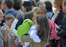 I genitori abbracciano i loro figli dopo l'arrivo dell'aereo, con a bordo i 31 bambini congolesi adottati da genitori italiani, all'aeroporto di Ciampino dall'aeroporto di Kinshasa in Congo, 28 maggio 2014. ANSA/TELENEWS