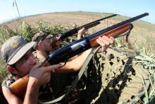 PISA 01 SETTEMBRE 2007- CACCIA: RIAPERTURA. Due cacciatori fotografati stamani in appostamento. FRANCO SILVI/ANSA