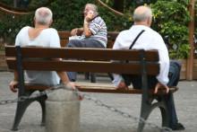 Tre anziani seduti sulle panchine dei giardini pubblici a Napoli in una foto d'archivio. ANSA / CIRO FUSCO