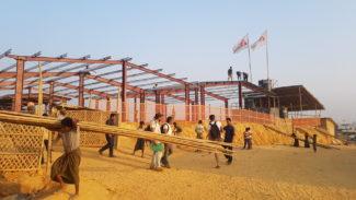 Chantier de l'hôpital MSF : la charpente métallique a été posée sur les dalles en béton et une clôture a été posée sur le pourtour.  L' hôpital de 100 lits que MSF a construit au milieu du camp de Kutupalong-Balukhali où vivent les réfugiés rohingya, est ouvert depuis le 14 avril.  Construction of the MSF hospital: the steel structure was mounted on concrete slab and a fence was installed around. MSF has built a 100 bed hospital in the middle of the Kutupalong-Balukhali camp which opened on April 14.